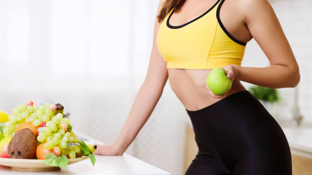 fata mancand mere dieta cu fructe